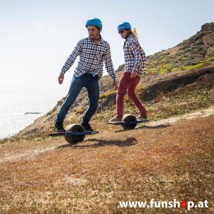 Das Onewheel des neue elektrische selbstbalancierende Surfboard für die Straße und Gelände das Männern Spass Seite macht im FunShop Wien kaufen testen und probefahren