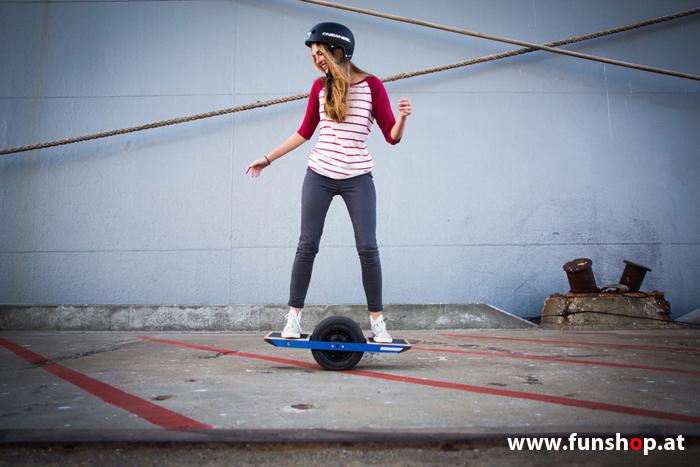 Das Onewheel des neue elektrische selbstbalancierende Surfboard für die Straße und Gelände das einem Mädchen Spass macht im FunShop Wien kaufen testen und probefahren