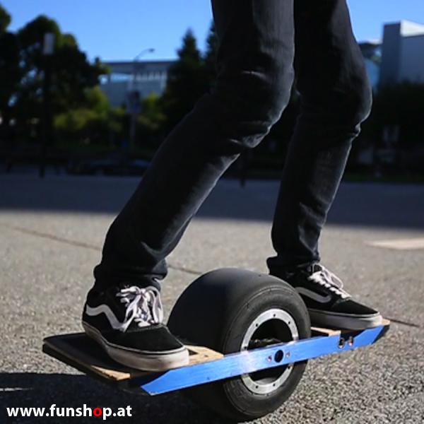 Das Onewheel des neue elektrische selbstbalancierende Surfboard für die Straße und Gelände das einem Mann Spass Seite macht im FunShop Wien kaufen testen und probefahren