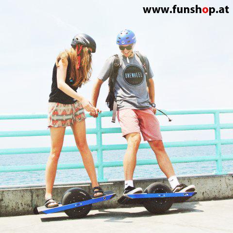 Das Onewheel des neue elektrische selbstbalancierende Surfboard für die Straße und Gelände das einem Paar Spass macht im FunShop Wien kaufen testen und probefahren