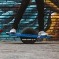 Das original Onewheel Plus elektrische selbstbalancierende Surfboard für Straße und Gelände beim Experten für Elektromobilität im FunShop Wien kaufen testen und probefahren