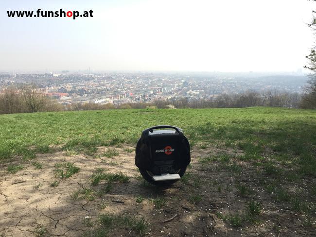 Der FunShop Wien unterwegs mit dem elektrischen Einrad Kingsong KS14 durch den 13 Bezirk der steilen Lainzer Tiergarten Mauer entlang Ausblick Wien