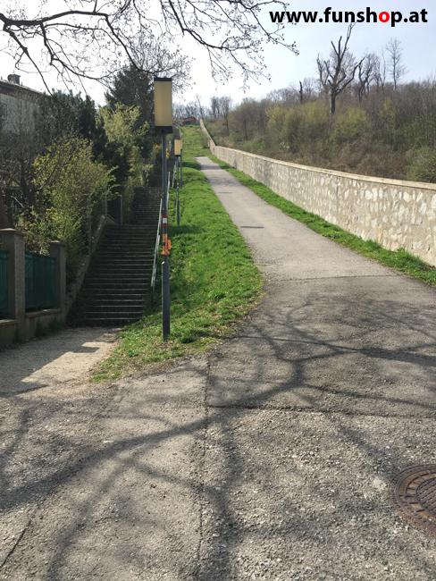 Der FunShop Wien unterwegs mit dem elektrischen Einrad Kingsong KS14 durch den 13 Bezirk der steilen Lainzer Tiergarten Mauer entlang Richtung Nikolaitor