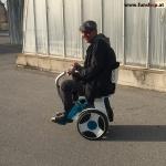 Elektrischer Rollstuhl Nino von Nino Robotics Test Kunde mit CIDP beim Experten für Elektromobilität im FunShop Wien testen und kaufen