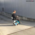 Elektrischer Rollstuhl Nino von Nino Robotics Testfahrt bergab Kunde mit CIDP beim Experten für Elektromobilität im FunShop Wien testen und kaufen