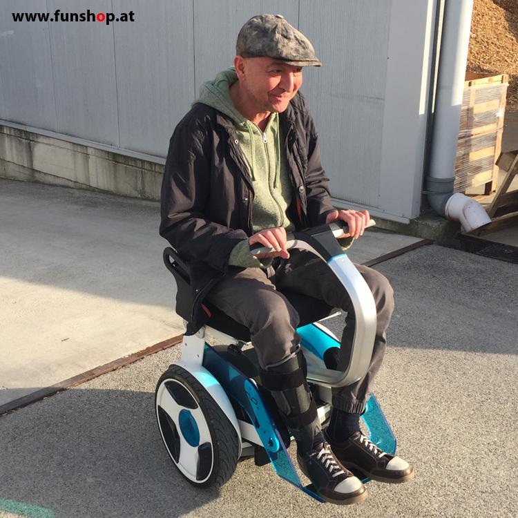 Elektrischer Rollstuhl Nino von Nino Robotics Testfahrt mit einem Lächeln Kunde mit CIDP beim Experten für Elektromobilität im FunShop Wien testen und kaufen