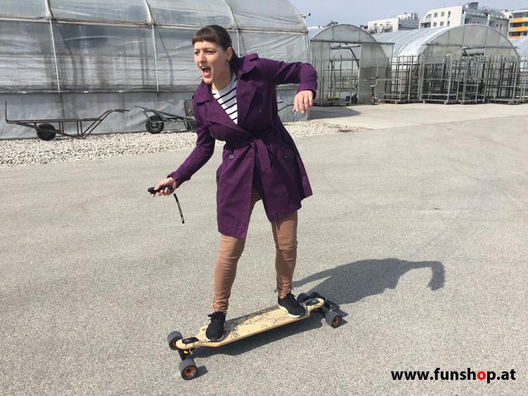 Evolve GT Bamboo Carbon Street elektrisches Longboard Skateboard mit begeisterter Fahrerin beim Experten für Elektromobilität im FunShop Wien Österreich kaufen und testen