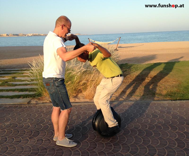 FunShop Trainer beim Unicycle Training und Erlernen mit dem elektrischen Einrad zu fahren in Afrika