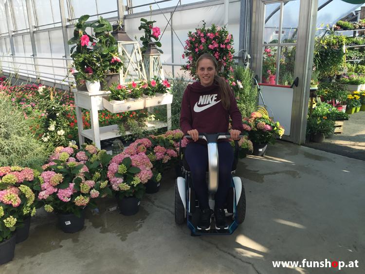 Kira Grünberg beim Test des elektrischen Rollstuhls Nino beim Experten für Elektromobilität im FunShop Wien