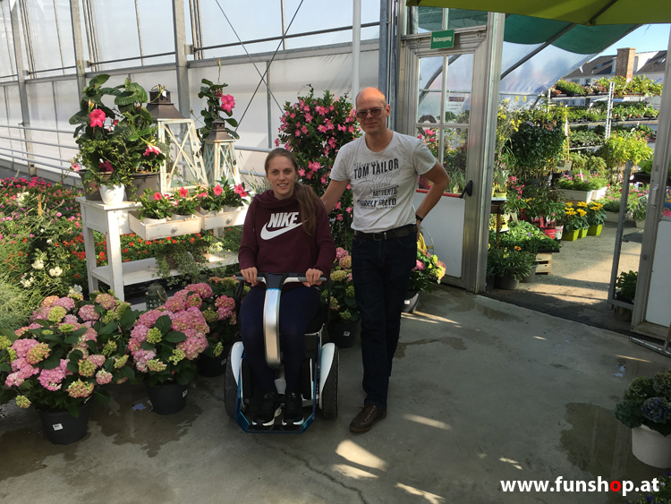 Kira Grünberg beim ersten Test des elektrischen Rollstuhls Nino beim Experten für Elektromobilität im FunShop Wien