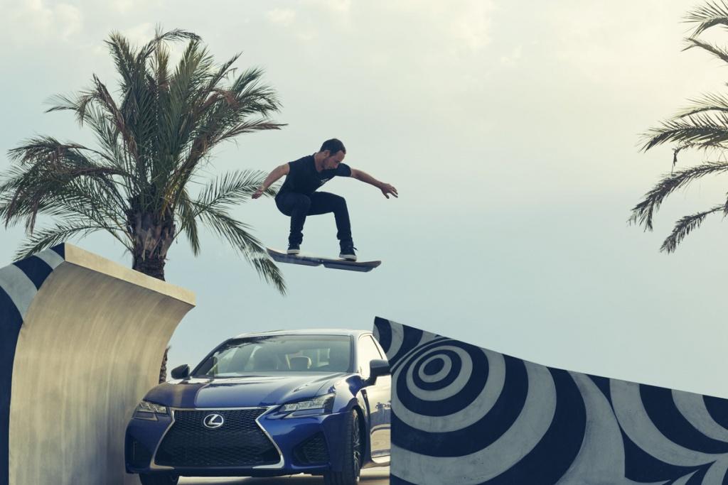 Lexus Hoverboard Sprung über Auto im FunShop kaufen