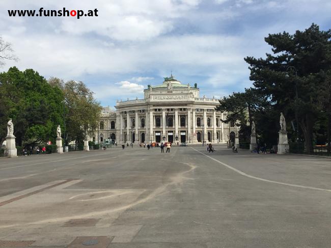 Mit dem elektrischen Einrad Kingsong KS14 in Wien rund um den Ring am Burgtheater vorbei
