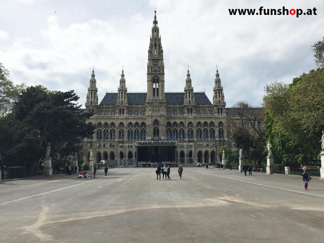 Mit dem elektrischen Einrad Kingsong KS14 in Wien rund um den Ring am Rathaus vorbei