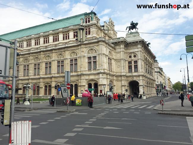 Mit dem elektrischen Einrad Kingsong KS14 in Wien rund um den Ring an der Oper vorbei