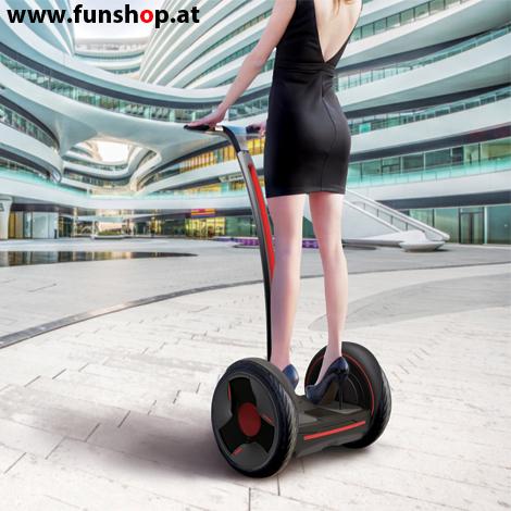 Ninebot E plus Segway schwarz und weiss mit Frau im FunShop Wien testen kaufen und probefahren.jpg