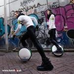 Ninebot One S2 elektrisches Einrad in weiss und schwarz Boy and Girl Elektromibilität die Spass macht im FunShop Wien kaufen testen und probefahren