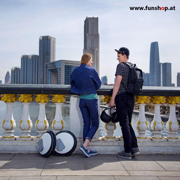 Ninebot One S2 elektrisches Einrad in weiss und schwarz Boy and Girl Skyline Elektromibilität die Spass macht im FunShop Wien kaufen testen und probefahren