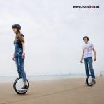 Ninebot One S2 elektrisches Einrad in weiss und schwarz am Strand Elektromibilität die Spass macht im FunShop Wien kaufen testen und probefahren