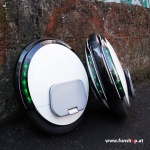 Ninebot One S2 elektrisches Einrad in weiss und schwarz auf der Strasse Elektromibilität die Spass macht im FunShop Wien kaufen testen und probefahren