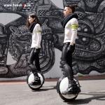 Ninebot One S2 elektrisches Einrad in weiss und schwarz vor der Mauer Elektromibilität die Spass macht im FunShop Wien kaufen testen und probefahren
