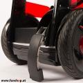 Nino Robotics der neue elektrische selbstbalancierende Rollstuhl in rot und schwarz Standfuss der Spass macht im FunShop Wien kaufen testen und probefahren
