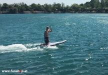 Onean Carver elektrisches Jetboard im Knien electric surfboard carver first kneeing beim Experten für Elektromobilität im FunShop Wien kaufen
