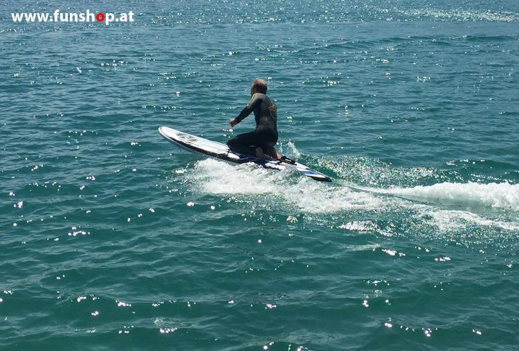 Onean Carver elektrisches Jetboard im Knien electric surfboard carver first try kneeing beim Experten für Elektromobilität im FunShop Wien kaufen