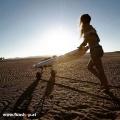 Onean elektrisches Jetboard und Surfboard Carver mit Girl im Sand beim Experten für Elektromobilität im FunShop Wien kaufen
