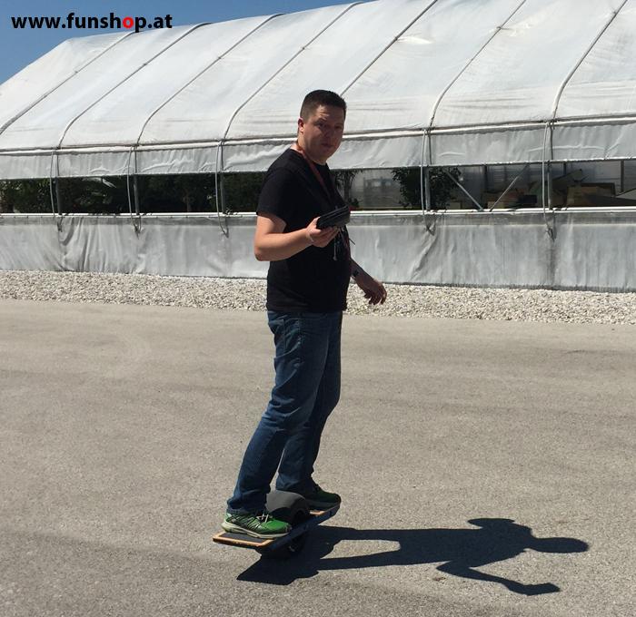 Onewheel des neue elektrische selbstbalancierende Surfboard für Straße und Gelände Testfahrt im FunShop Wien kaufen testen und probefahren 1