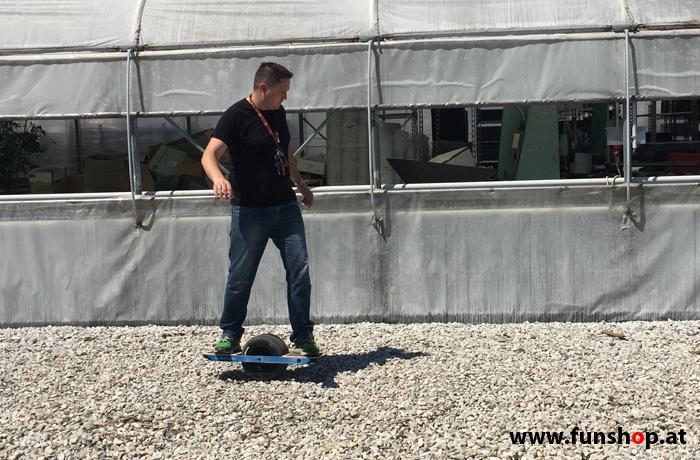Onewheel des neue elektrische selbstbalancierende Surfboard für Straße und GeländeTestfahrt Schotter im FunShop Wien kaufen testen und probefahren