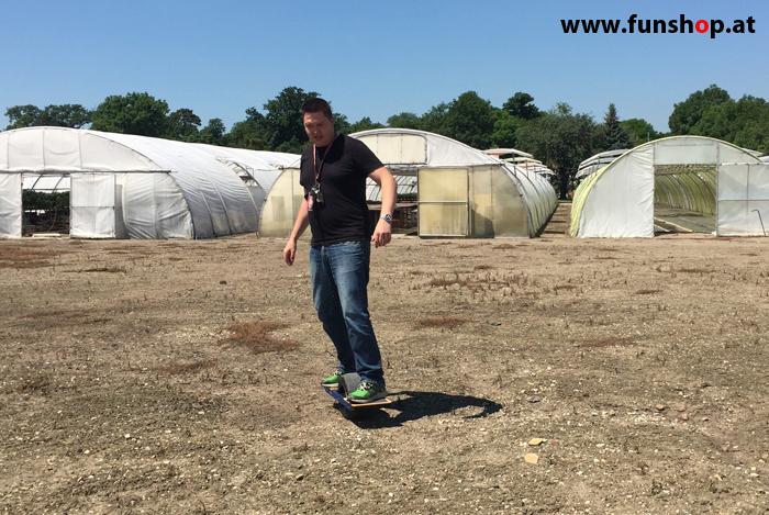 Onewheel des neue elektrische selbstbalancierende Surfboard für Straße und GeländeTestfahrt im FunShop Wien kaufen testen und probefahren