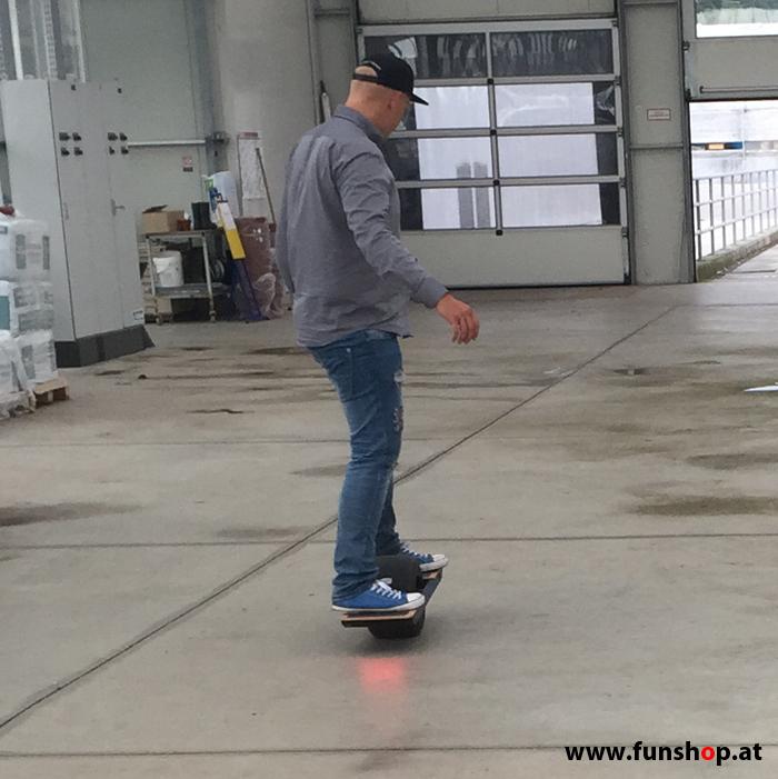 Onewheel des neue elektrische selbstbalancierende Surfboard für die Straße und Gelände Testfahrt im FunShop Wien kaufen testen und probefahren