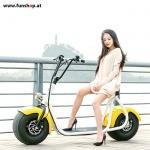 original-scrooser-gelb-mit-frau-sitzend-elektroscooter-beim-experten-fuer-elektromobilitaet-im-funshop-wien-kaufen-testen-probefahren-und-kaufen