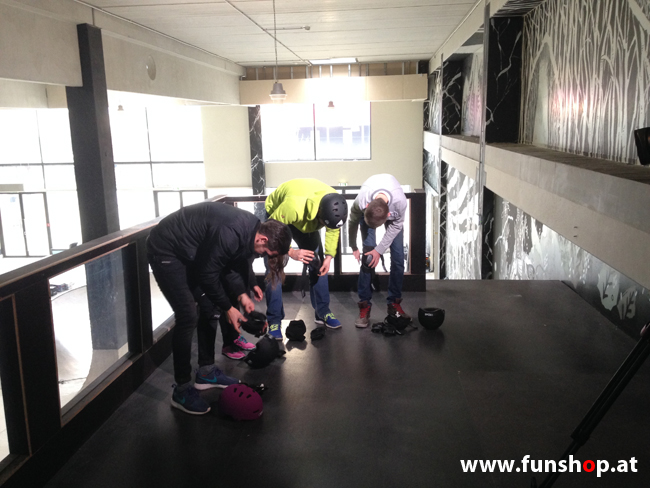 Oxboard und IO Angelboard Hoverboard im FunShop kaufen und testen beim ATV Test mit Andreas Moravec im Bloomfield Leobersdorf SK8 Skate Zone beim Anziehen 3