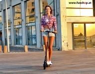 SXT Elektroscooter Buddy schwarz mit Frau Inokim Light beim Experten für Elektromobilität im FunShop Wien testen probefahren und kaufen