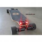 Shred Lights Rücklicht rot mit Akku für Evolve Longboards montiert und aktiv beim Experten für Elektromobilität im FunShop Wien kaufen